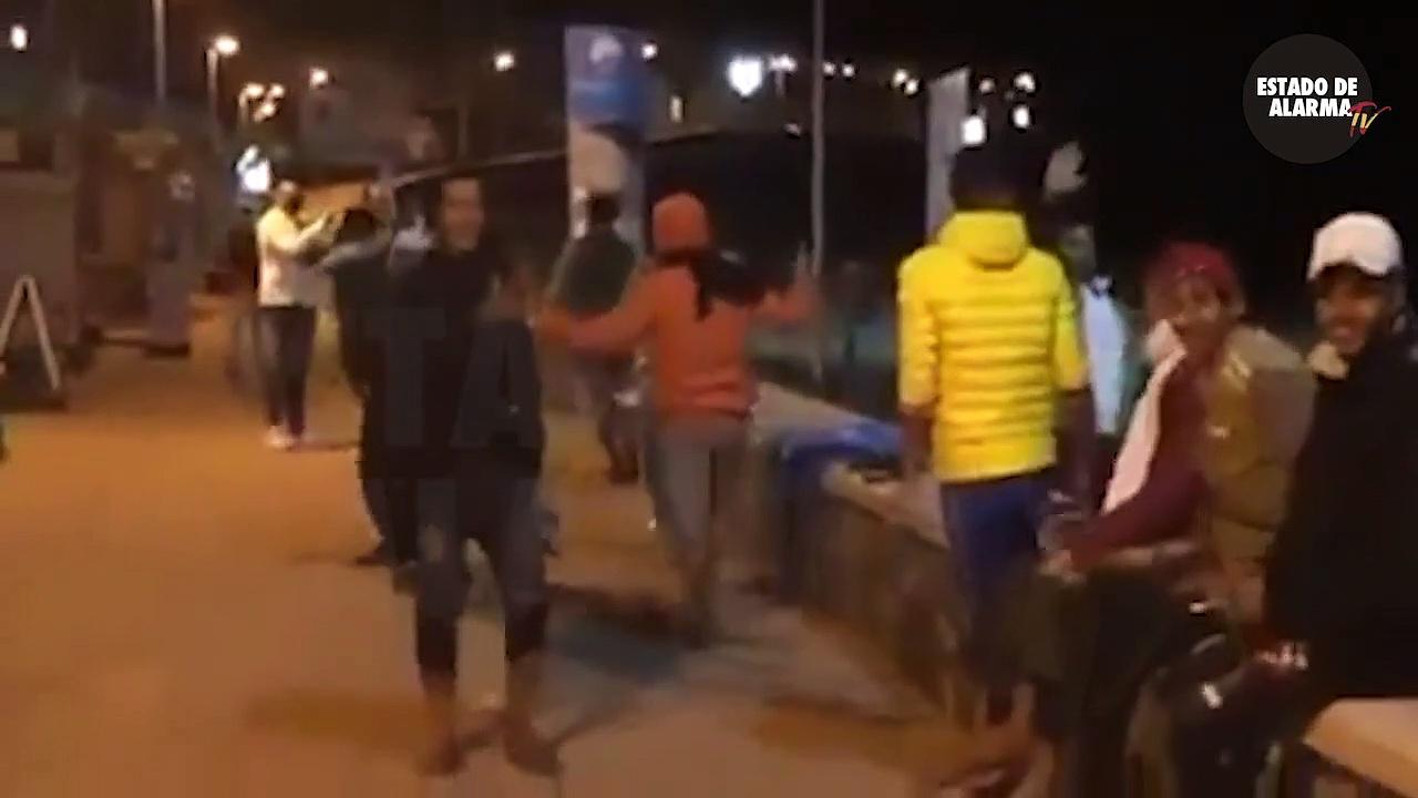 IMÁGENES EXCLUSIVAS. Así celebran 50 inmigrantes ilegales su llegada en patera a Maspalomas