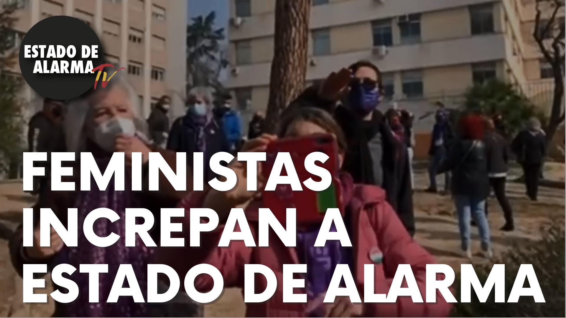 Un grupo de feministas increpan a 'Estado de Alarma' en un acto público